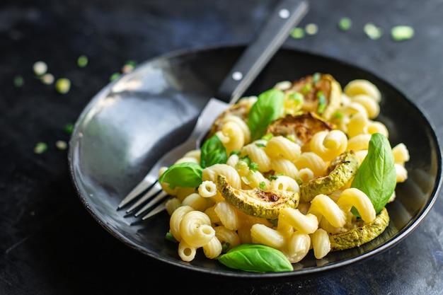 パスタズッキーニ野菜マカロニ肉なし新鮮な食事の準備ができてテーブルのコピースペースで軽食