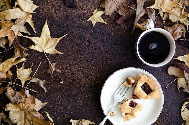 フォークとお茶と木の葉のプレートのパスタフローラ