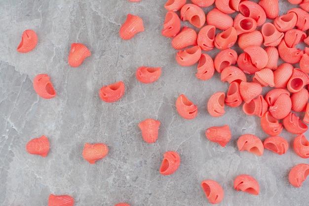 大理石の表面に赤いトマトソースのパスタ