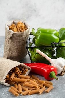 Pasta in un sacchetto rustico con peperoncino e aglio.