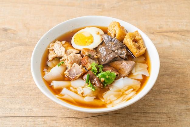 米粉のペーストまたは茶色のスープに豚肉を入れた中国のパスタの煮物。アジアンフードスタイル