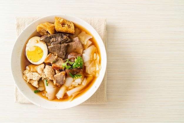 米粉のペーストまたは茶色のスープに豚肉を入れた中華パスタの煮物-アジア料理のスタイル