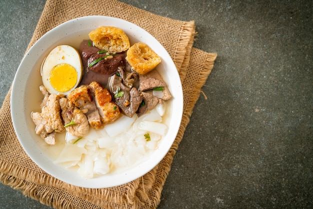 米粉のペーストまたは透明なスープに豚肉を入れた中国のパスタの煮物-アジア料理のスタイル