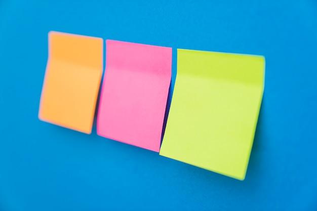 Note di carta incollate