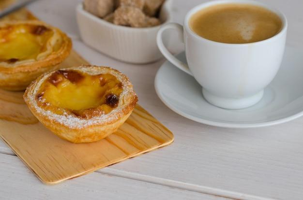 Pasteis de belem с чашкой кофе