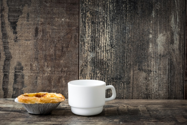 「pasteis de nata」典型的なポルトガルの卵カスタードタルト、木製
