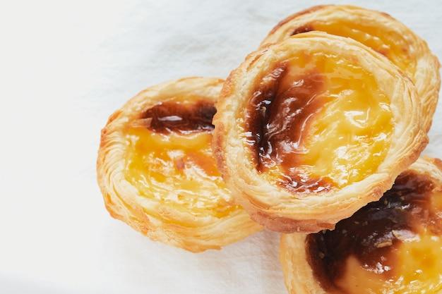 Pasteis de nata типичный португальский десерт. белый фон и селективный фокус. концепция кондитерских изделий