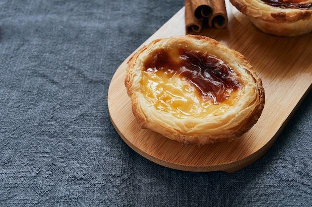 Pasteis de nata типичный португальский десерт. концепция кондитерских изделий.