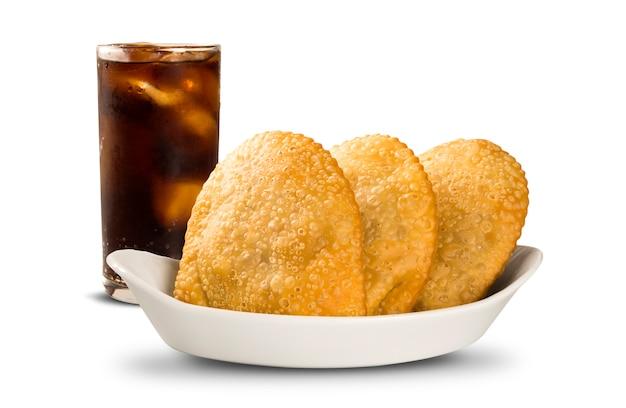 Жареное тесто во фритюре. бразильская еда pasteis на предпосылке.