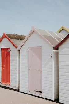 ビーチのそばのパステルビーチ小屋