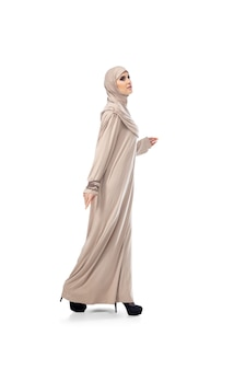 파스텔. 고립 된 세련 된 hijab에서 포즈 아름 다운 아랍 여자 패션, 뷰티, 스타일 개념. 트렌디 한 메이크업, 매니큐어 및 액세서리가있는 여성 모델.
