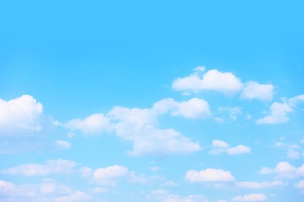 白い雲とパステルブルーの春の空-背景