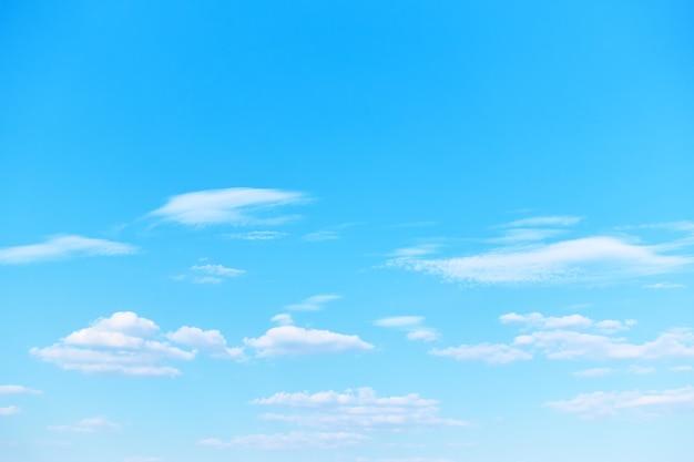 白い光の雲とパステルブルーの春の空。あなた自身のテキストのためのスペースのある背景