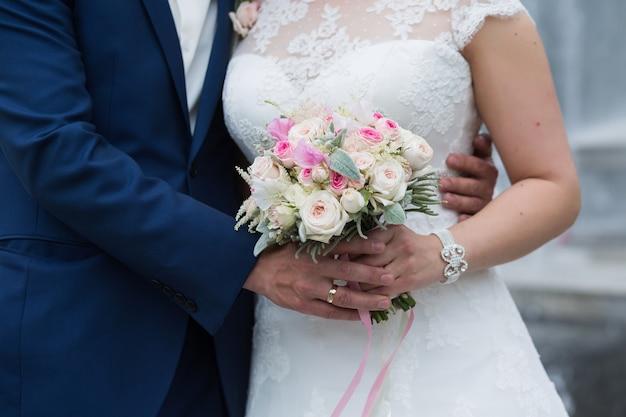 분홍색 장미와 라일락 흰색 eustoma 장미 꽃, 녹색 잎의 파스텔 무리. 신부의 손에 있는 봄 부케의 개념. 여름 결혼식 배경
