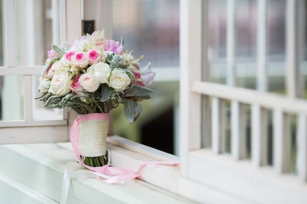 Пастельный букет из розовых роз и сиреневых белых цветов роз эустома, зеленый лист. концепция весеннего букета. летний фон
