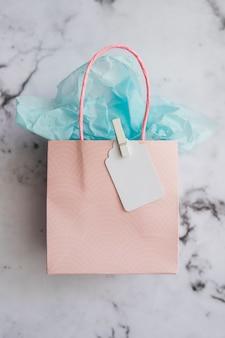 Пастельный цветной подарочный пакет на мраморе