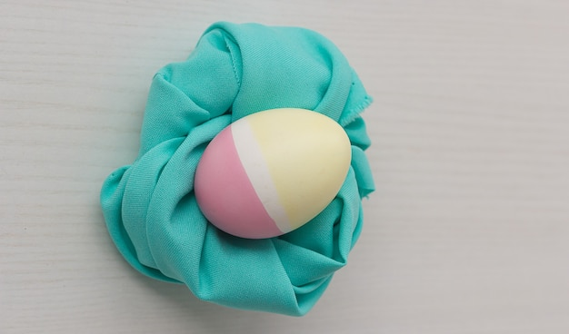Пастельные пасхальные яйца на белом столе Premium Фотографии