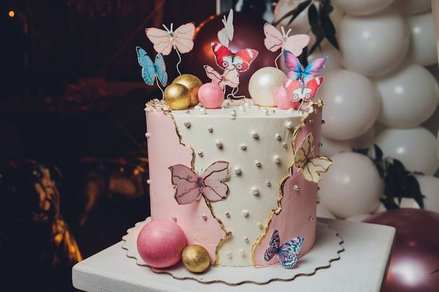 パステルカラーのおいしいケーキを蝶で彩ります。白、黄、ピンク、青のクリームカスタード