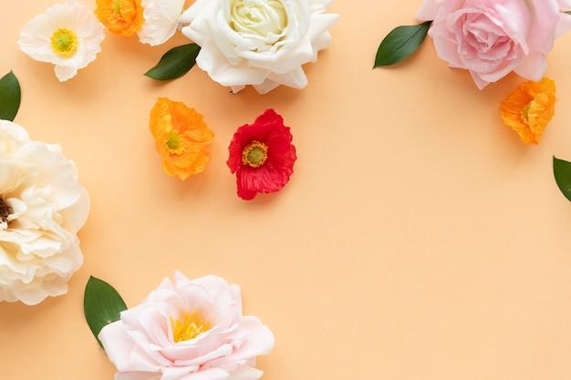 オレンジ色の背景にパステルの花