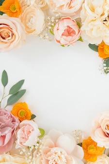 白い背景のテンプレートにパステルの花