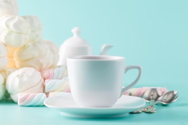 Пастельный зефир и чайная чашка