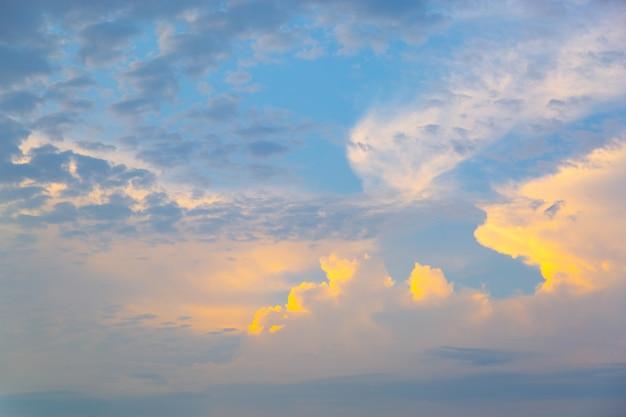 ピンク、紫、青のパステルロマンチックな夕日の空