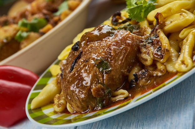 파스티카다(pasticada)는 크로아티아에서 인기 있는 특제 소스로 끓인 쇠고기 요리입니다. 발칸 요리, 전통 모듬 요리, 최고의 전망.