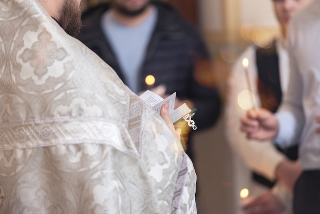 교회에서 설교할 준비가 된 성경을 들고 있는 목사. 기독교인, 설교자, 주일 예배 개념.