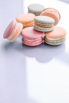과자 빵집 및 브랜딩 개념 파란색 배경에 프랑스 마카롱 파리 세련된 카페 디저트 달콤한 음식과 케이크 마카롱 럭셔리 제과 브랜드 휴가 배경 디자인