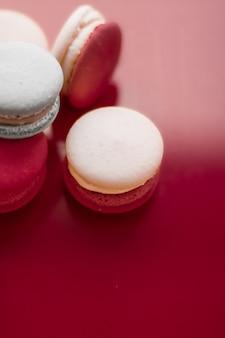 ペストリーベーカリーとブランディングコンセプトのフレンチマカロンをワインレッドの背景にパリのシックなカフェdesse ...