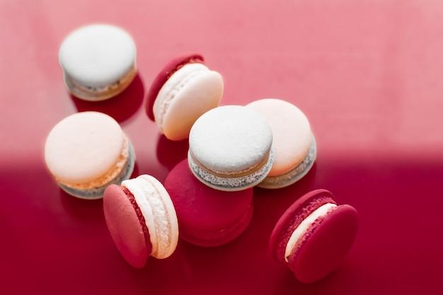 ペストリーベーカリーとブランディングコンセプトのフレンチマカロンをワインレッドの背景にパリジャンシックなカフェdesse ...