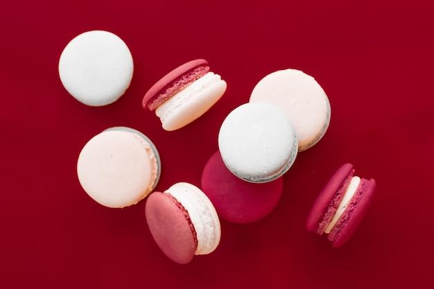 ペストリーベーカリーとブランドコンセプトフランスのマカロンをワインレッドの背景にパリジャンシックなカフェデザート甘い食べ物とケーキマカロン高級菓子ブランドの休日の背景デザイン
