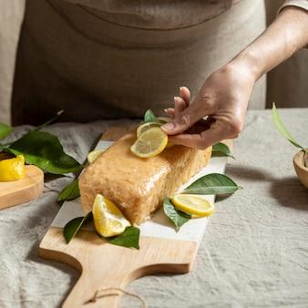 ケーキのトッピングにレモンスライスを追加するパティシエ