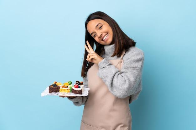 Шеф-кондитер держит большой торт