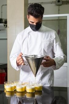 마스크 작업 투약 디저트 유리에 생 과자 요리사.