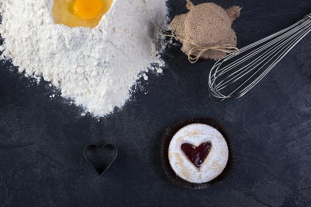 赤いジャムの心と粉砂糖のペストリークッキー