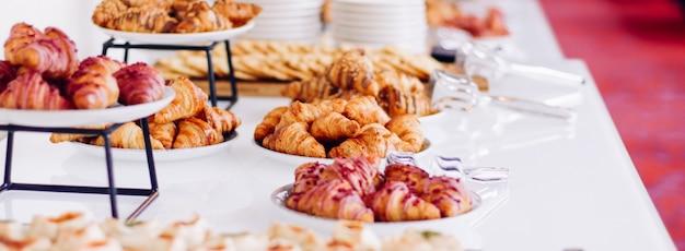 Кондитерские изделия, печенье и круассаны, сладкие десерты, поданные на благотворительном мероприятии, еда, напитки и концепция меню ...