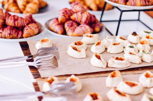 チャリティーイベントのフードドリンクとメニューコンセプトで提供されるペストリークッキーとクロワッサンの甘いデザート...