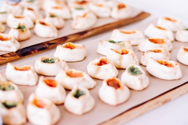 Кондитерские изделия, печенье и круассаны, сладкие десерты, подаваемые на благотворительном мероприятии, еда, напитки и концепция меню в качестве праздничного фонового баннера для дизайна роскошного бренда