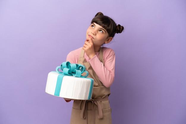 Кондитерские изделия маленькая девочка держит большой торт изолированы
