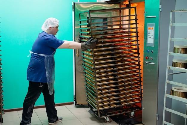ペストリーマンはオーブンから既製のショートブレッドクッキーを取り出します。