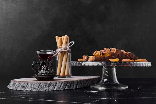 Preparare la pasticceria con un bicchiere di tè.