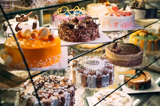 Кондитерская стеклянная витрина с выбором тортов