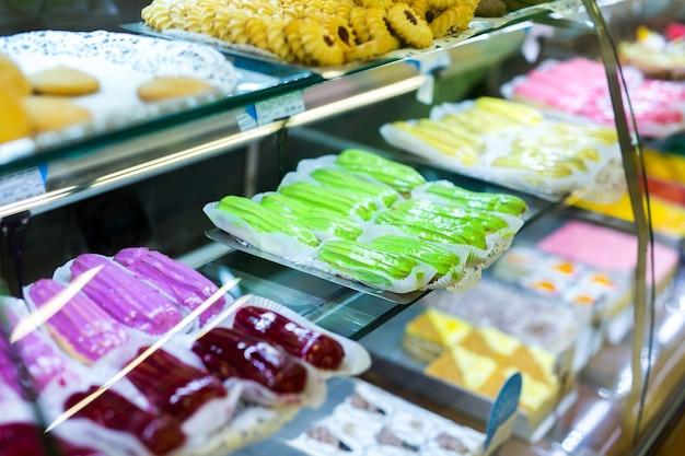 다양한 도넛, 머핀, 크림 브륄 레, 슈퍼마켓의 케이크가있는 패스트리 샵