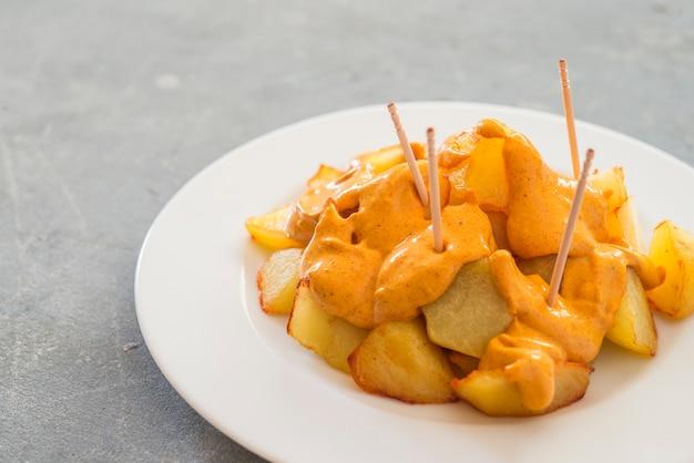 Patatas bravas伝統的なスペインのジャガイモのスナックタパス