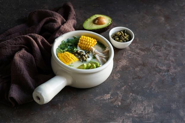 Патато с кукурузным супом ajiaco colombiano, распространенным в колумбии, на кубе и в перу.