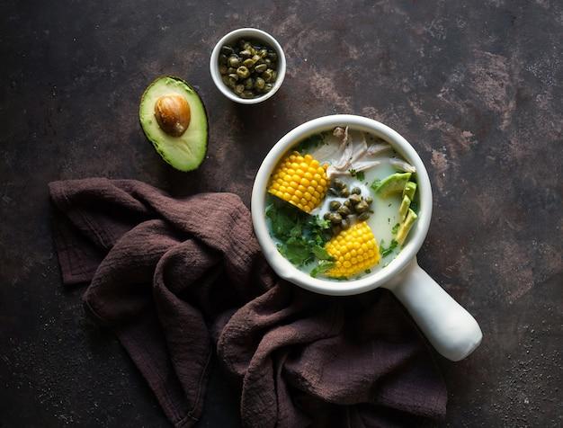 Патато-суп ajiaco colombiano, распространенный в колумбии, на кубе и в перу.