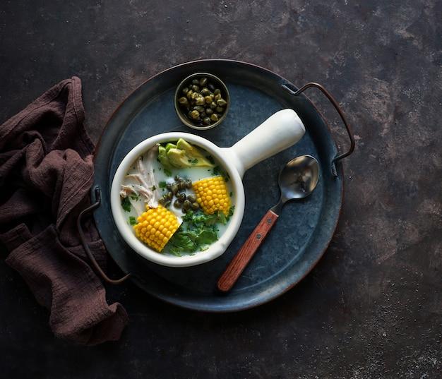 Суп из патато (ajiaco colombiano), типичный суп в колумбии, латинской америке