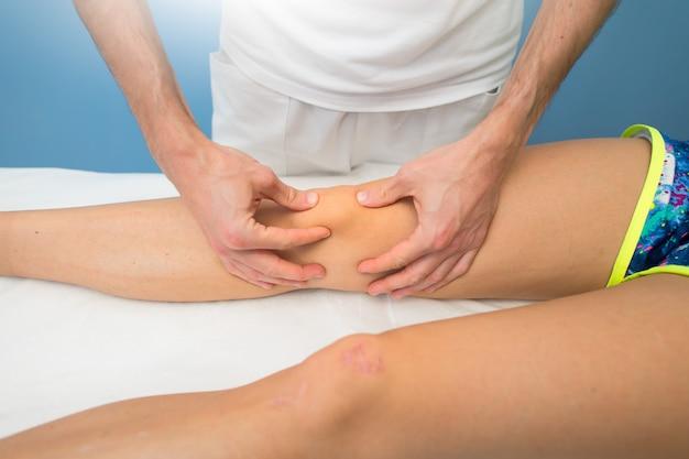 Мобилизация коленной чашечки профессиональным физиотерапевтом