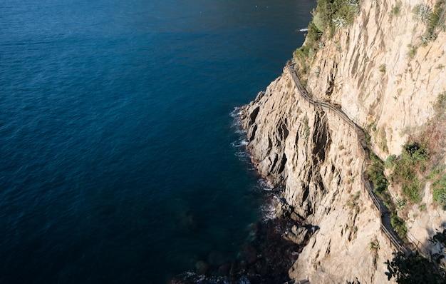 Путь мимо скалы